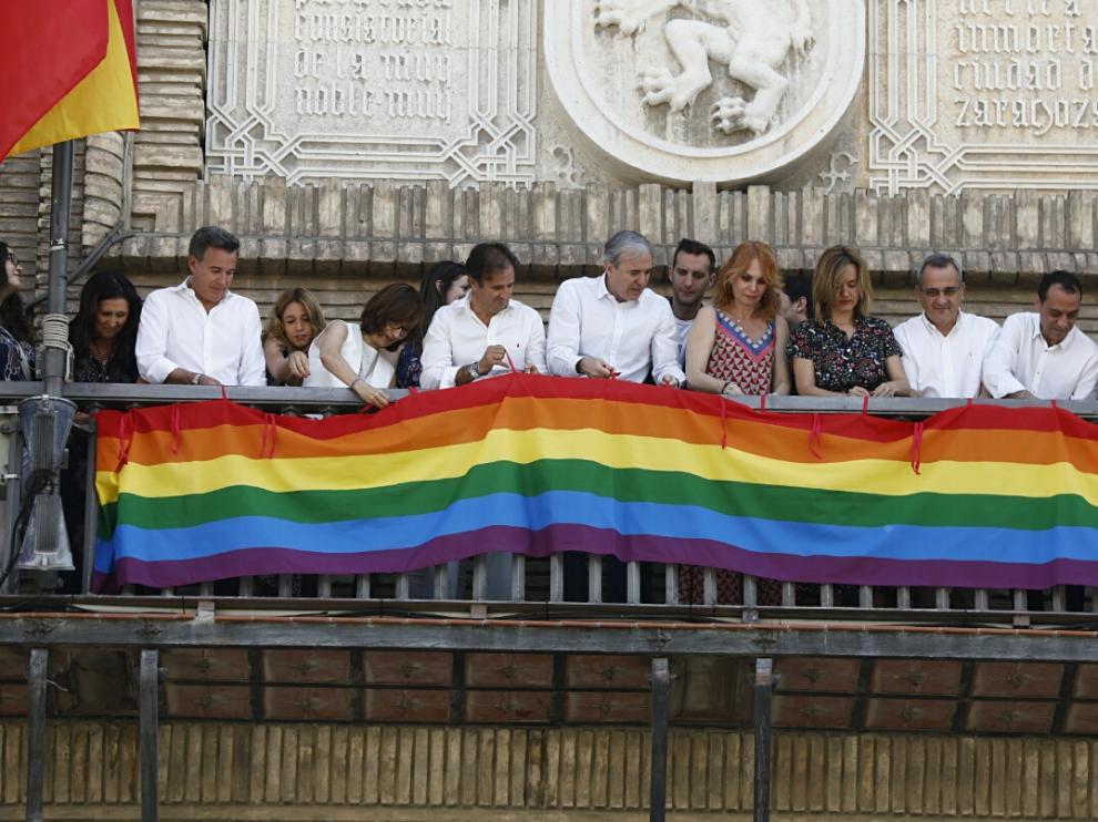 El colectivo LGTBI ha plantado a Azcón cuando este ha colgado las banderas en el Ayuntamiento.