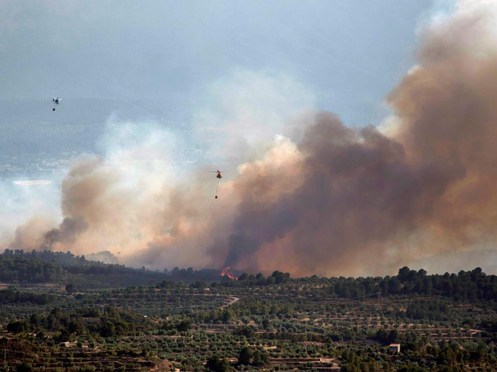 Helicópteros trabajan en las tareas de extinción en el incendio de Tarragona.