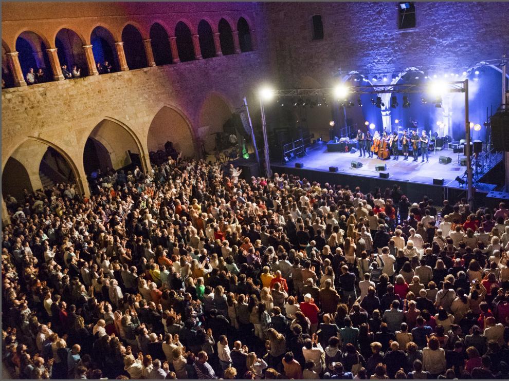 Actuación de Ara Malikian en el castillo de Mora de Rubielos.
