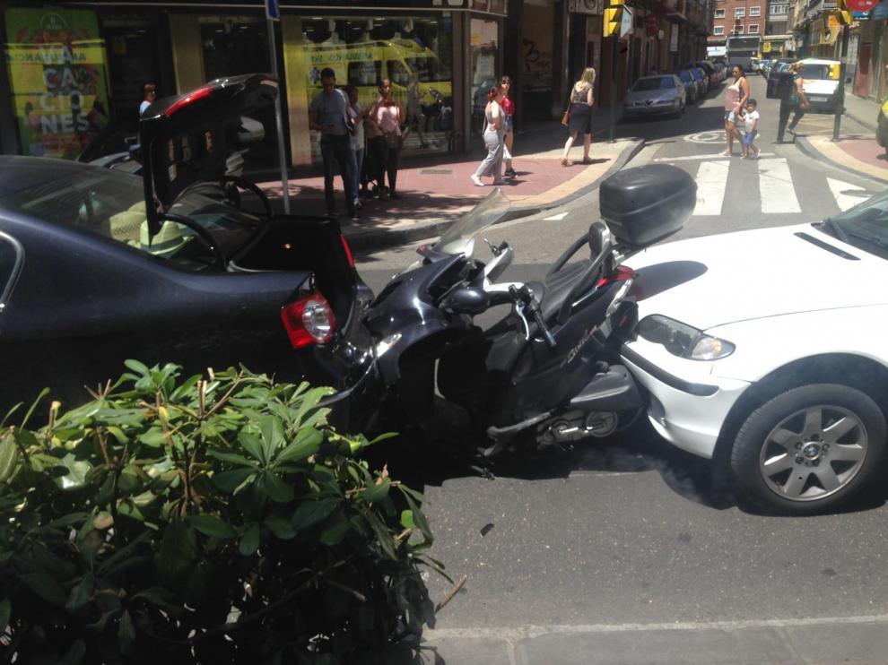 En el accidente en avenida Madrid, se han visto implicados dos vehículos y una motocicleta.