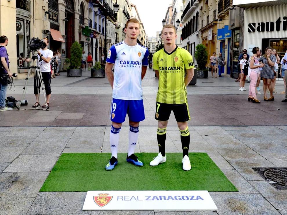 Carlos Vicente y David Vicente, este jueves en la calle de Alfonso I de Zaragoza.