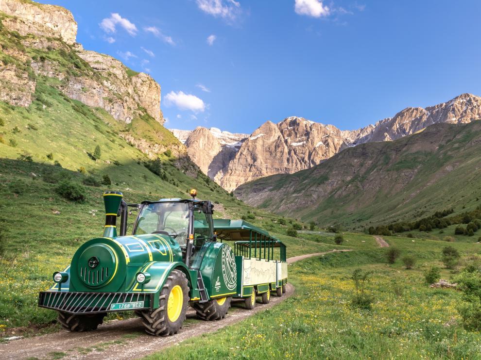 El nuevo tren se ha fabricado sobre un tractor y va desde Panticosa hasta el valle de la Ripera.