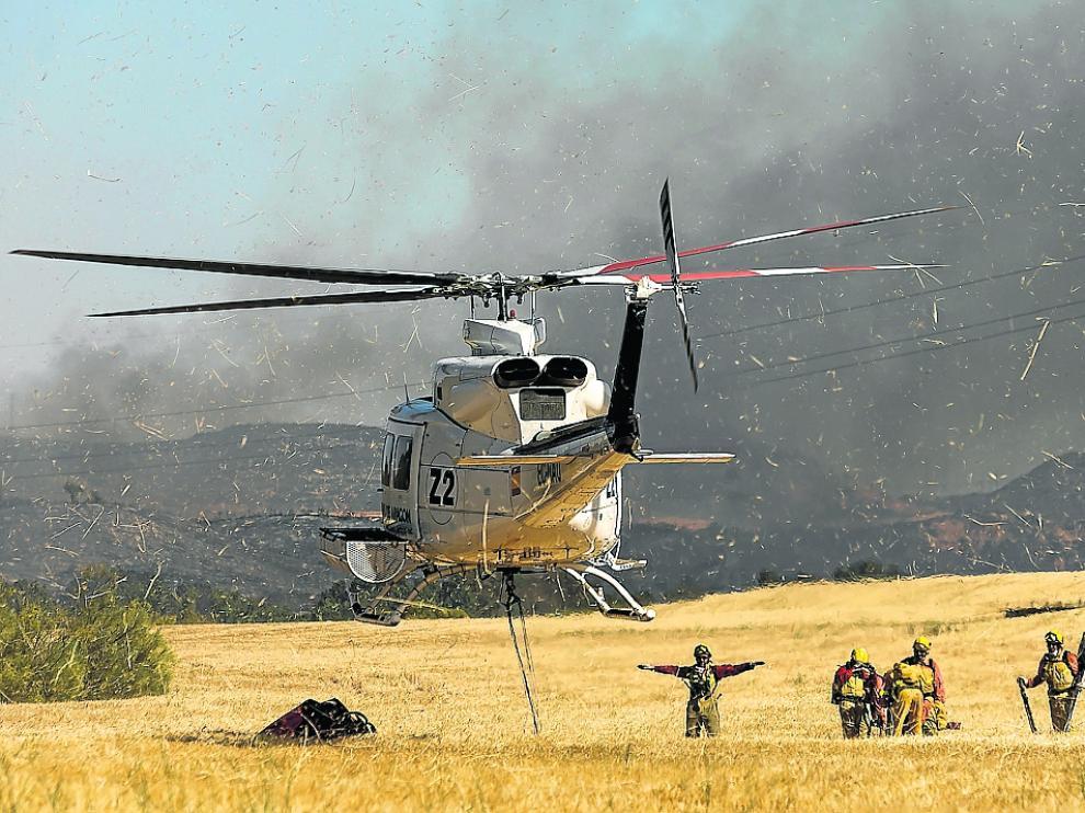 Miembros de una brigada helitransportada, est esábado durante el incendio de Villanueva de Huerva.