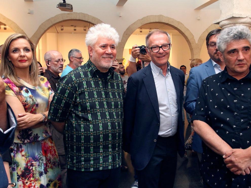 Pedro Almodóvar y Jorge Galindo en la inauguración de su exposición 'Flores de periferia'