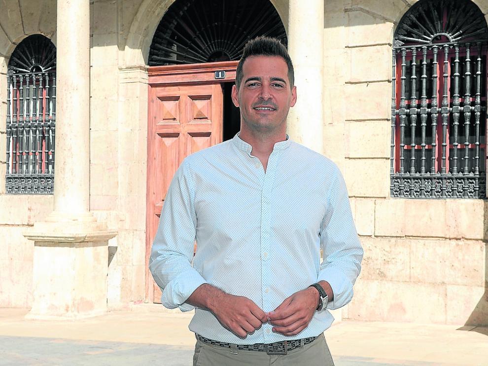 Ramón Fuertes, el teniente de alcalde de Cs, a las puertas del Ayuntamiento de Teruel.