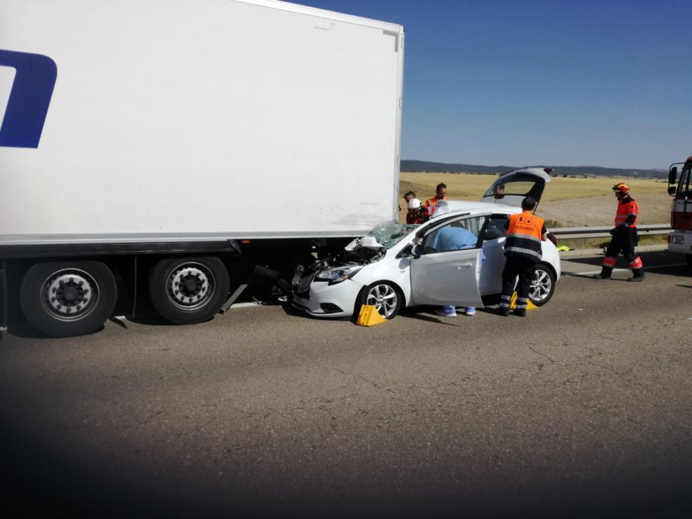 Los bomberos de la Diputación Provincial, durante el rescate del herido que quedó atrapado en el vehículo siniestrado.