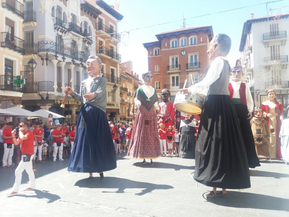 Los gigantes bailan en la concurrida plaza del Torico.