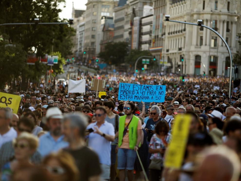 Vista general de la manifestación de este sábado desde la plaza de Callao a Cibeles, convocada por la Plataforma en Defensa de Madrid Central.