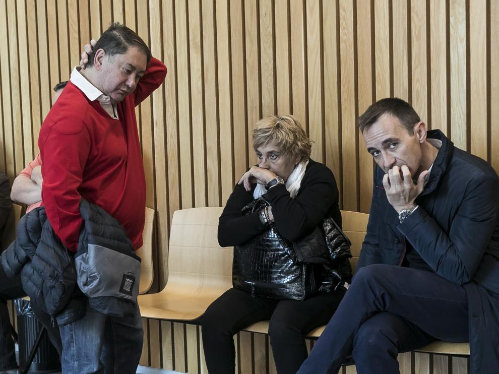La exalcaldesa, María Victoria Pinilla, flanqueada por otros dos acusados del caso La Muela.