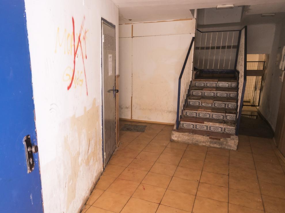 El tiroteo se produjo sobre las 4.30 de la madrugada del domingo en este portal del número 76 de la calle de Ramón Pignatelli de Zaragoza.