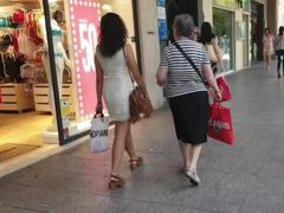 La ola de calor de los últimos días se ha dejado notar en la campaña de rebajas y los comercios esperan que con la bajada de temperaturas, los consumidores se animen con descuentos de hasta el 70%.