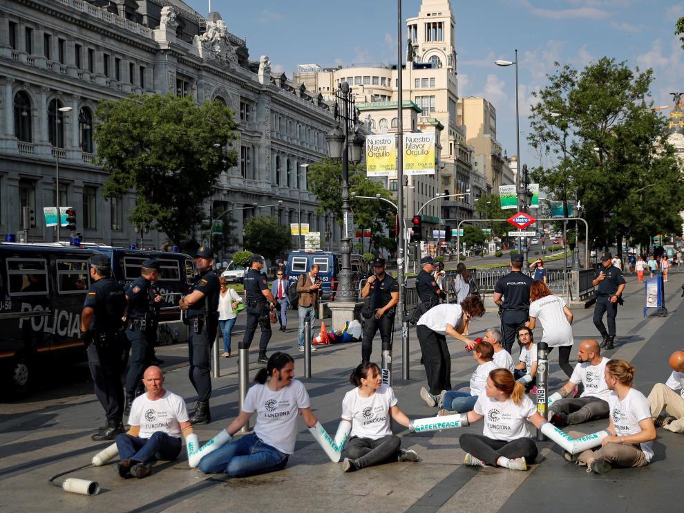 Activistas de Greenpeace protestan por la moratoria de multas en Madrid Central.