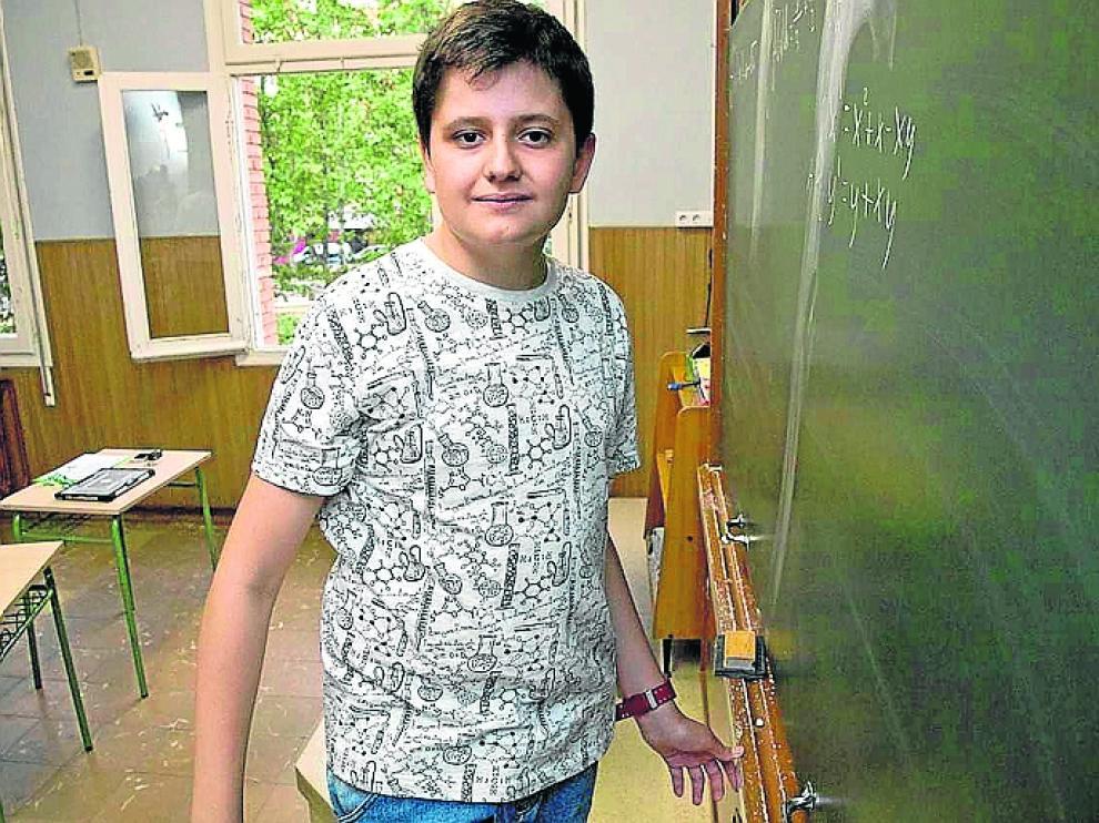 Javier Badesa, este lunes, frente a la pizarra de su clase de 1º de la ESO.