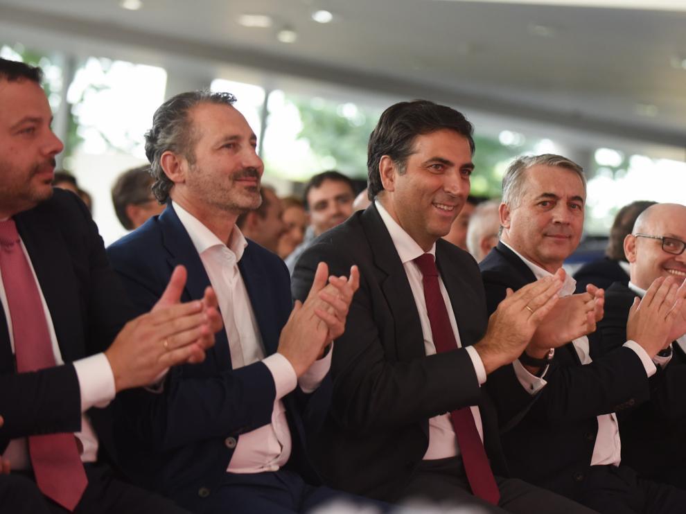 Miguel Carsi, en el centro, con los hermanos Artal, en Zaragoza