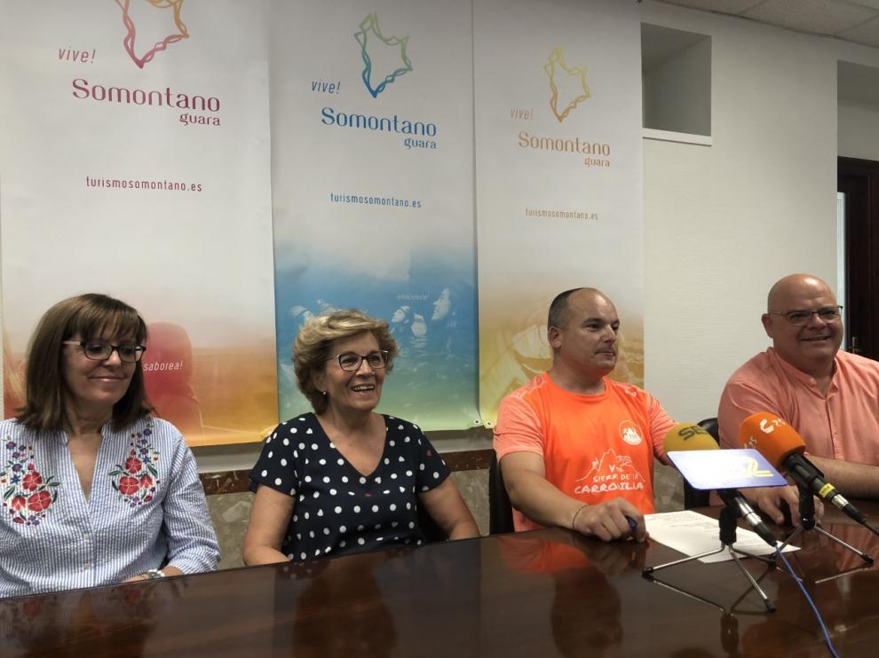 Presentación de la VI carrera trail de Estadilla. En la foto, Marí Carmen Arroyos y Mari Carmen Javierre, de Asociación Alzheimer, Pablo Bardají, uno de los organizadores, y Jordi Cañavete, teniente de alcalde de Estadilla.