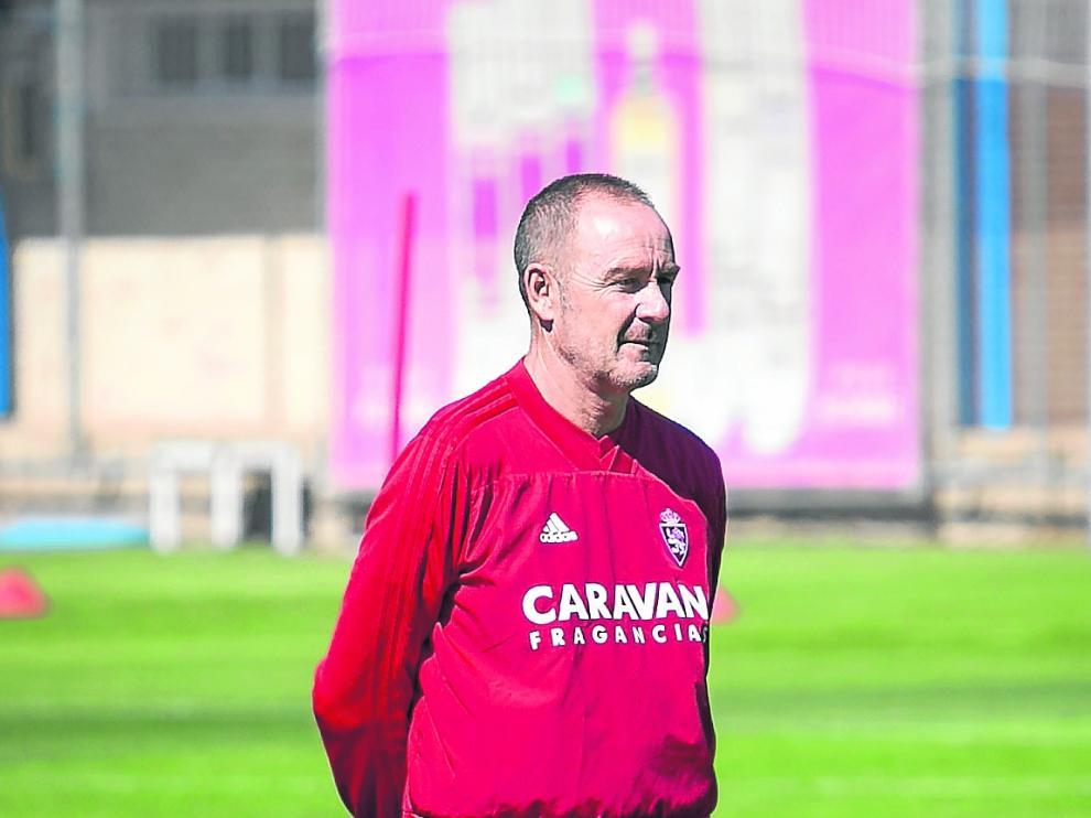 Víctor Fernández, en un entrenamiento del Real Zaragoza.