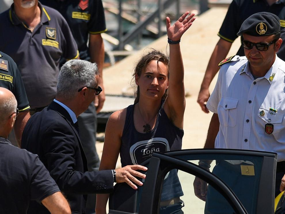 FILE PHOTO: Carola Rackete, the 31-year-old Sea-Watch 3 captain, disembarks from a Finance police boat and is escorted to a car, in Porto Empedocle, Italy July 1, 2019. REUTERS/Guglielmo Mangiapane/File Photo [[[REUTERS VOCENTO]]] EUROPE-MIGRANTS/ITALY-FRANCE