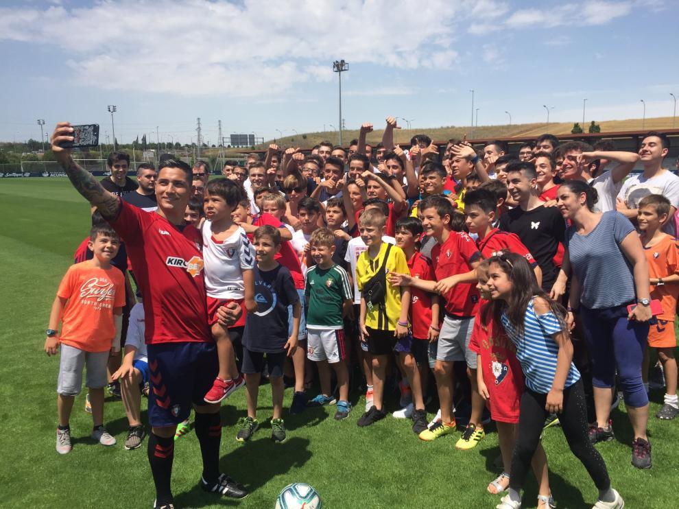 Chimy Ávila se toma una fotografía con varios seguidores de Osasuna.