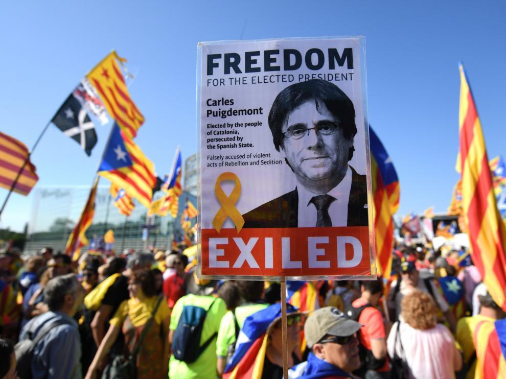 Independentistas catalanes se manifiestan a las puertas del Parlamento Europeo.