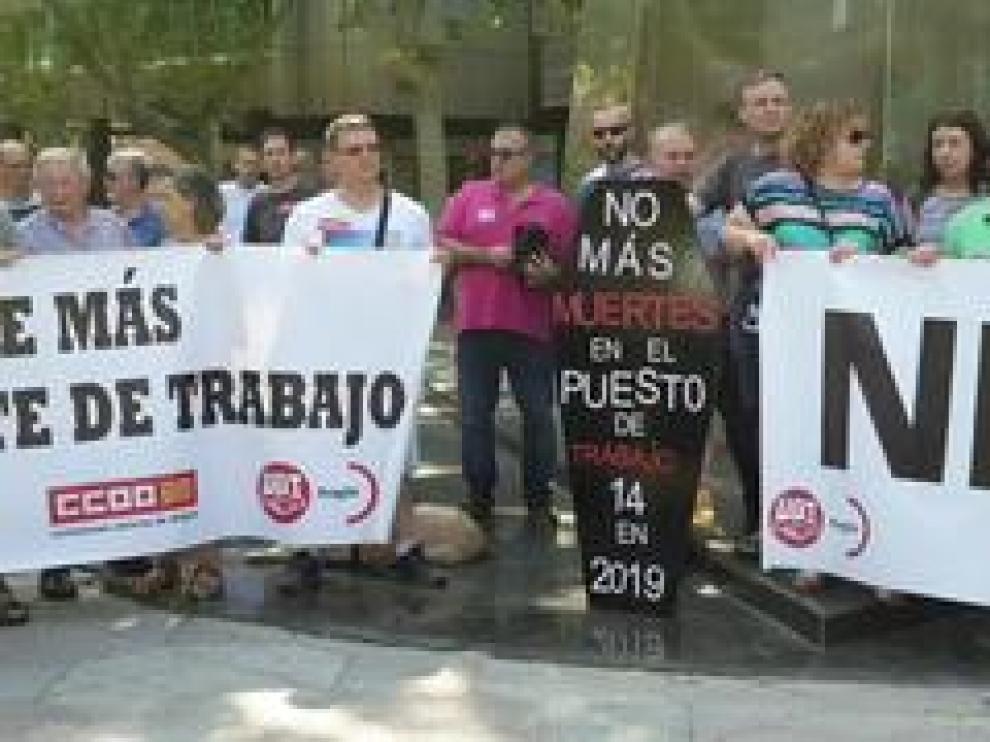 """Los sindicatos se han convocado bajo el lema """"Ni una muerte más por accidente de trabajo"""" para protestar por la precariedad laboral tras los últimos episodios de este martes en Aragón."""