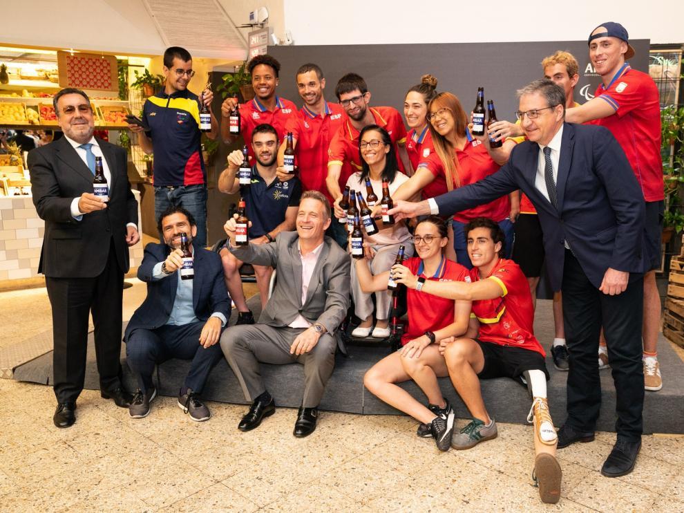 Representantes de Ambar, junto a miembros del equipo paralímpico español, tras la firma del patrocinio.