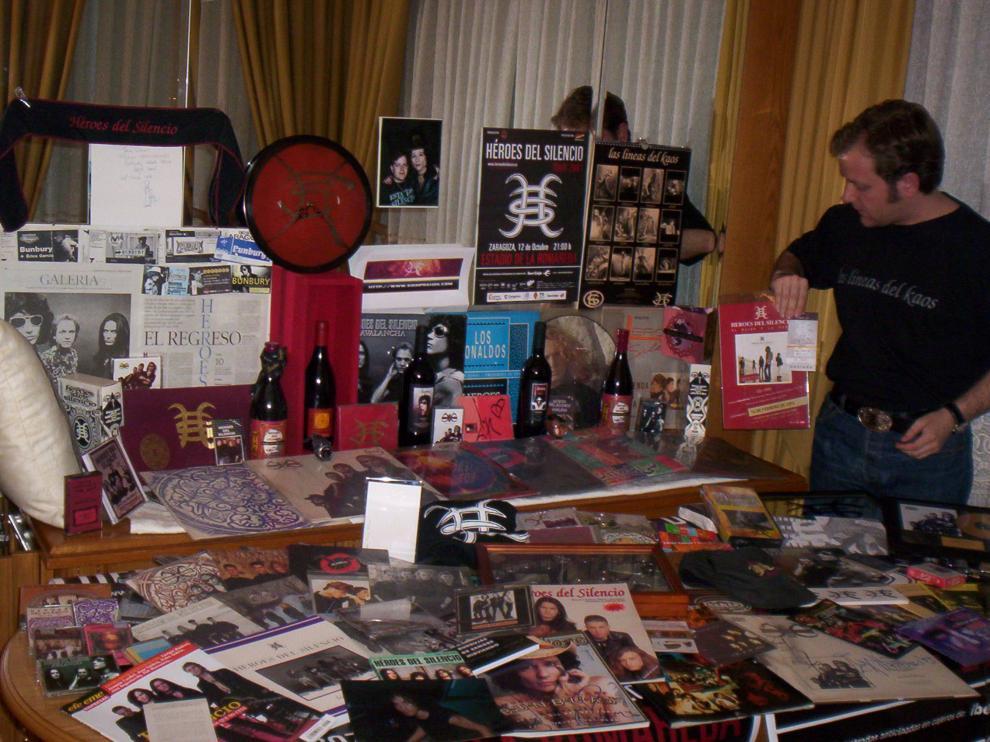Óscar Ortega ante una parte de su colección en una foto tomada por su padre.