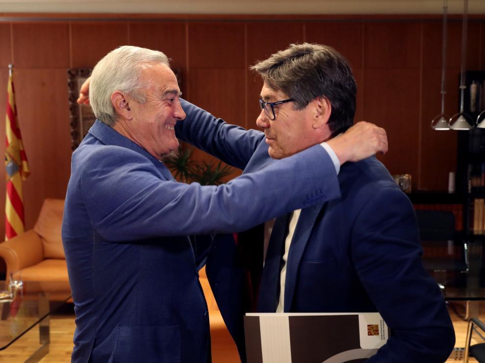 El presidente de las Cortes de Aragón, Javier Sada, y el portavoz del PAR, Arturo Aliaga.
