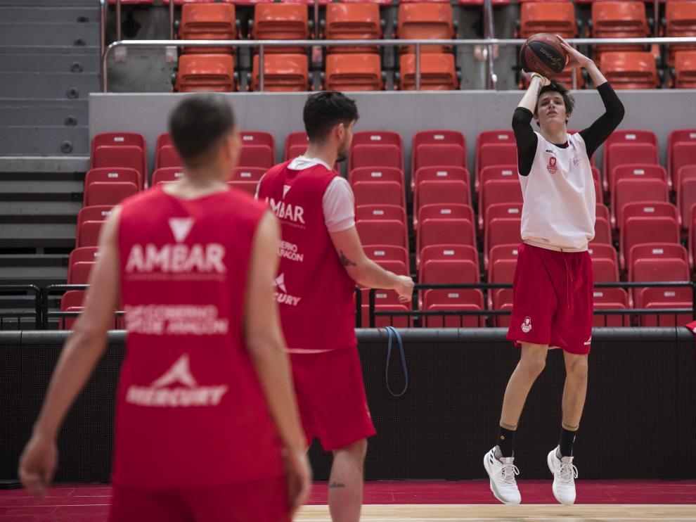 Vit Krejci lanza a canasta en un entrenamiento con el primer equipo del Basket Zaragoza.