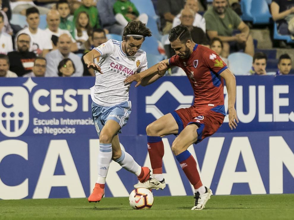 Pichu Atienza, en un lance con Marc Gual, en el Zaragoza-Numancia del tramo final de la pasada temporada en La Romareda