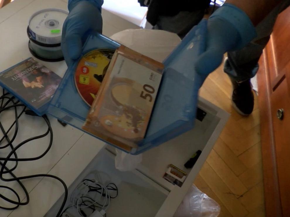 La Policía Nacional encontró gran cantidad de dinero en efectivo en la casa de los supuestos líderes de la trama. Los agentes encontraron billetes hasta en las cajas de videojuegos.