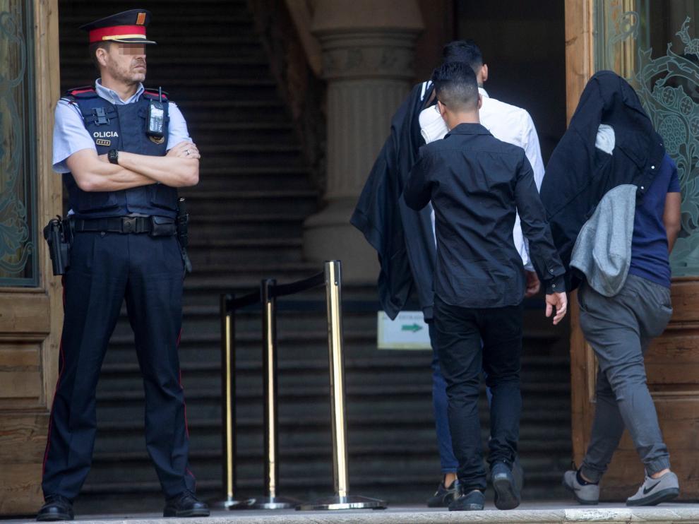 Tres de los siete acusados entrando a la Audiencia de Barcelona.