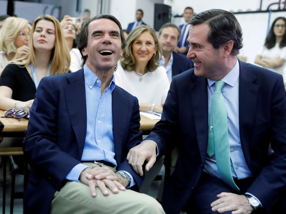 José María Aznar antes de pronunciar la conferencia en la clausura del curso de verano de la fundación FAES, junto al presidente de la CEOE, Antonio Garamendi.