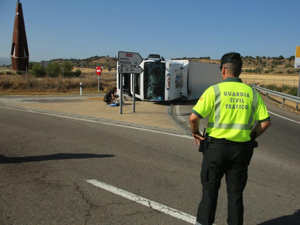 El camión ha volcado en el acceso a la autovía en Siétamo.