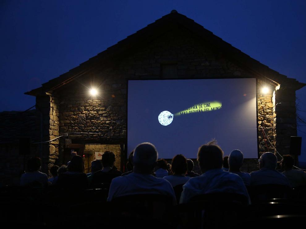 Proyección al aire libre en la era-cine de Ascaso