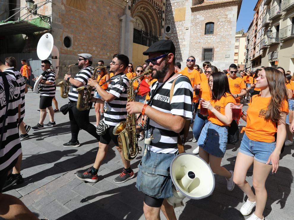 La charanga de la peña Nos An Soltao recorre las calles de Teruel el viernes de La Vaquilla.