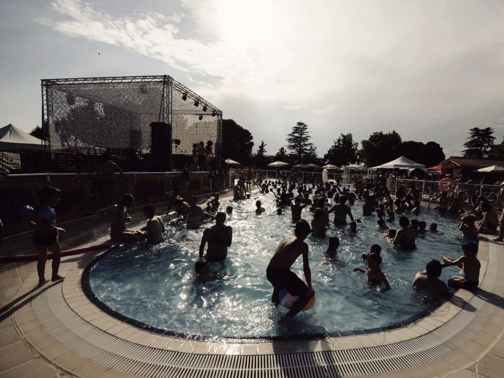 Ambiente en la piscina en el Slap Festival este viernes.