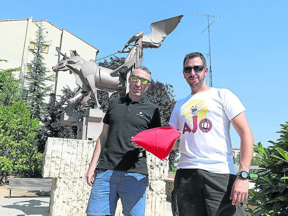 Los protagonistas de ponerle el pañuelo al Torico, junto con el monumento a la Vaquilla.
