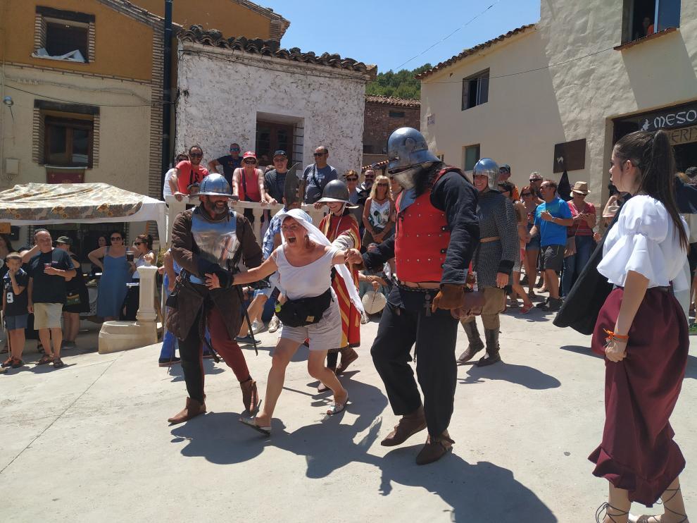 El momento de la captura de las brujas es de los más celebrados en las recreaciones de Trasmoz. Los soldados cogen, incluso de entre el público, a las mujeres sospechosas de hacer conjuros y manipular voluntades.