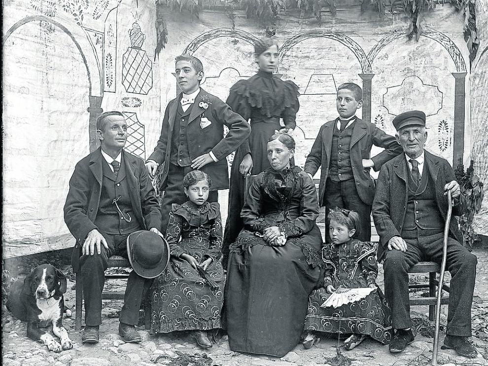 Imagen de la familia, en la que aparece el mismo Burrel y que probablemente se hizo hacia 1895.