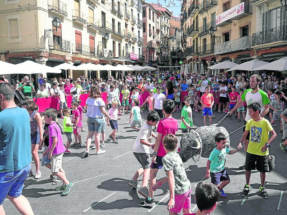 Los más pequeños hacen recortes a cinco astados de carretilla en la plaza del Torico.