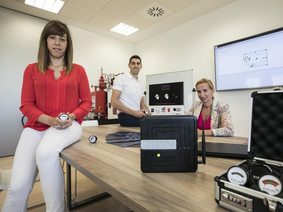 Carolina Vilas, Héctor Gil y Pilar Andrade, en la sede de Titan Fire System.