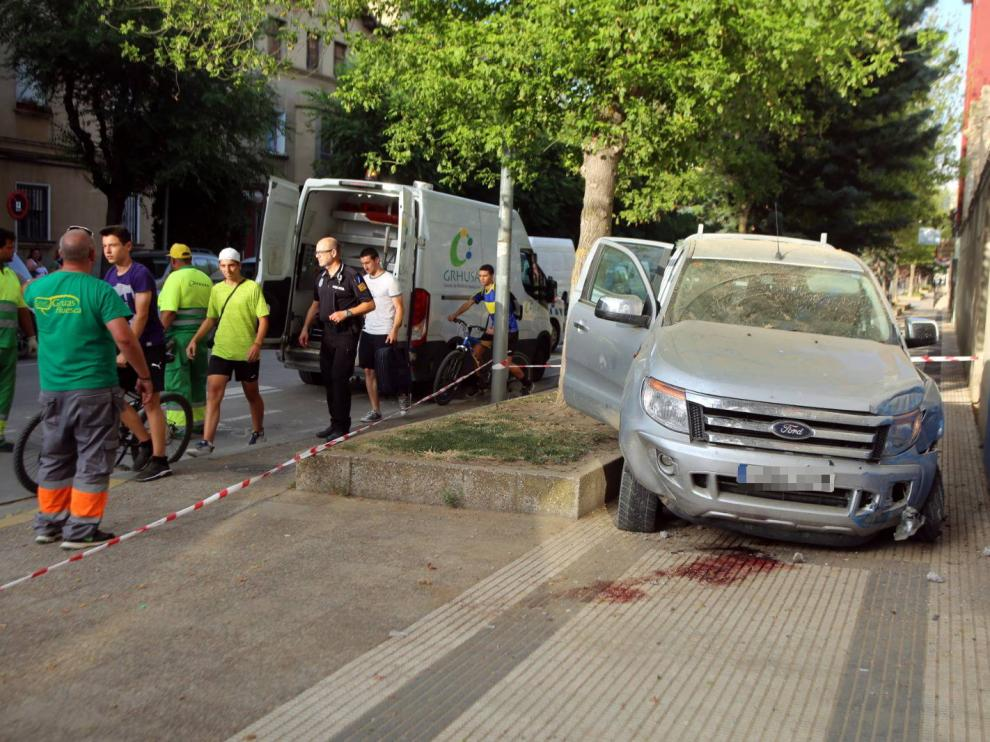 El vehículo se ha subido a la acera, por donde iba la mujer