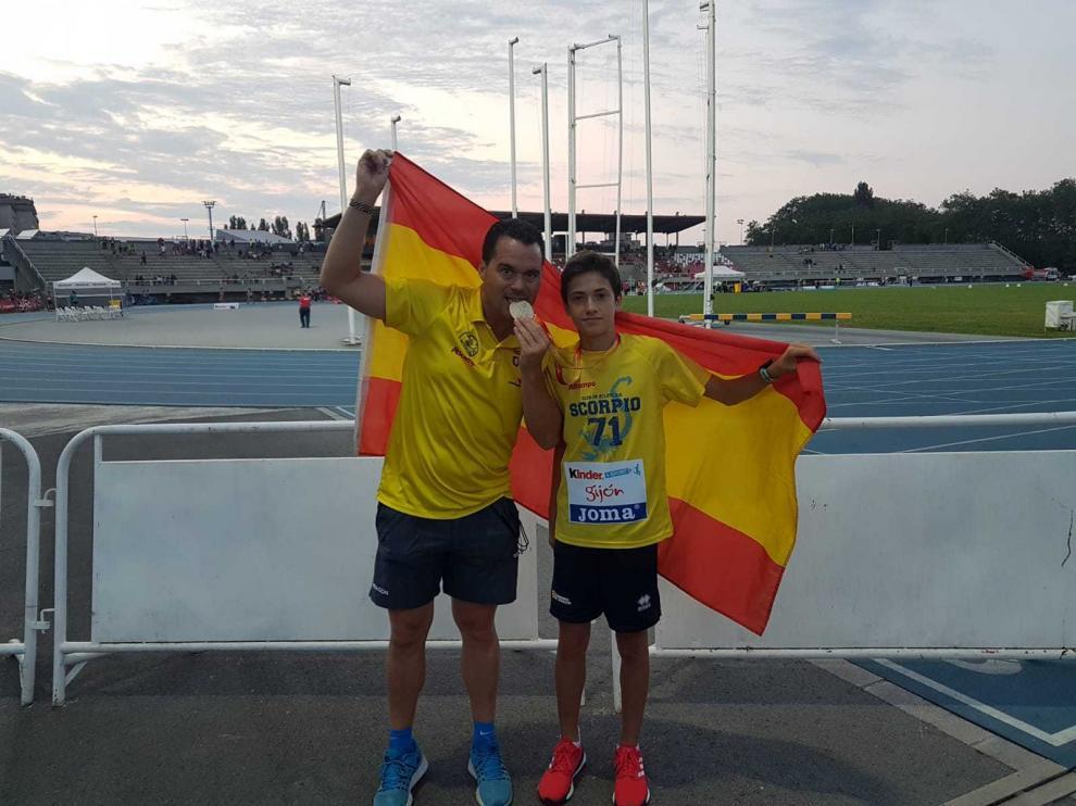 El técnico Alfredo García junto con el mediofondista Sergio del Barrio, del Alcampo Scorpio