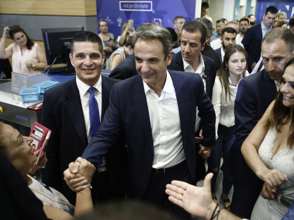Kyriakos Mitsotakis saludando a algunos simpatizantes