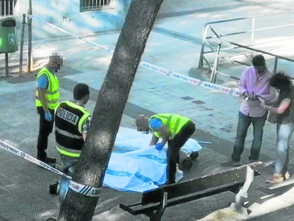 Agentes de la Policía Nacional, junto al cadáver del joven colombiano, el pasado domingo