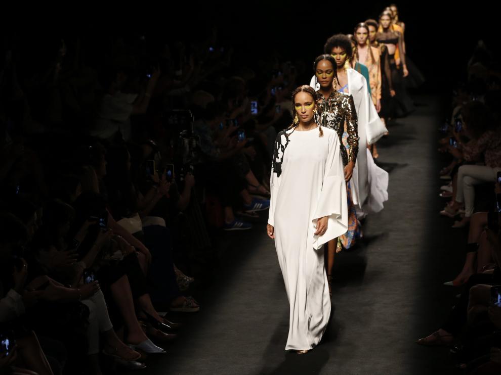 Varias modelos lucen creaciones de la colección primavera-verano 2020 de la firma Roberto Diz.