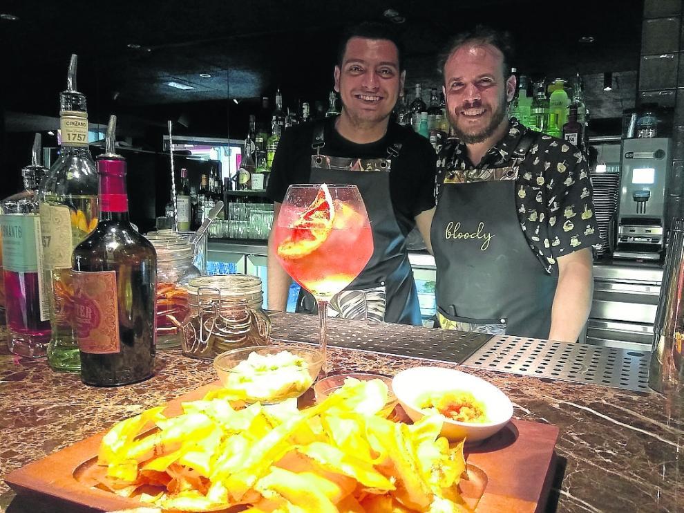 Roland López y Jimmy Valios, en la barra del Bloody Zaragoza.