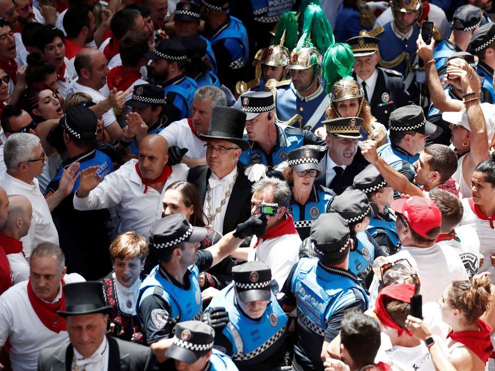 Momentos de tensión en la calle Curia de Pamplona.