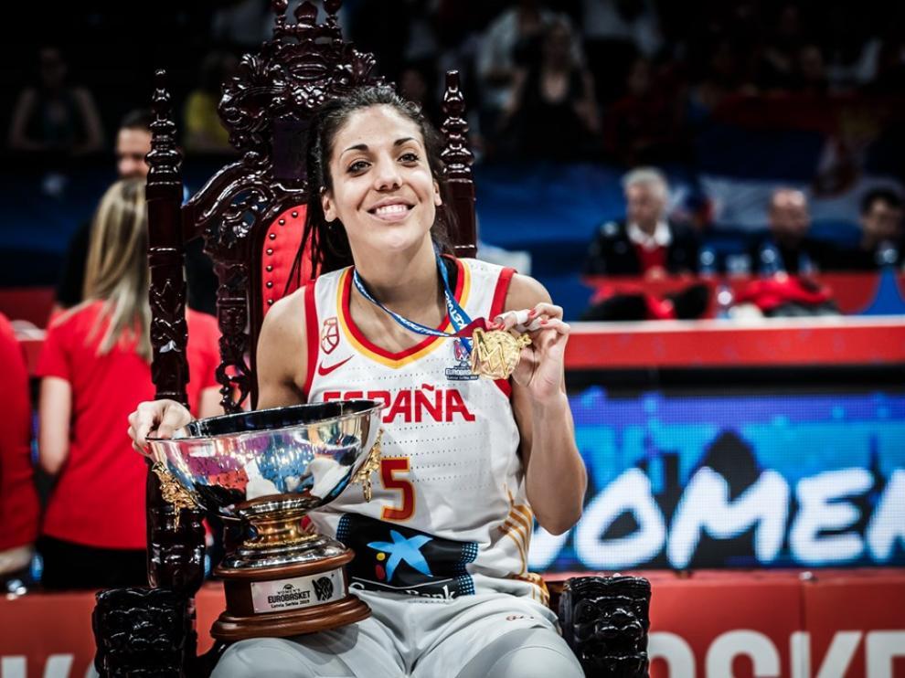 La aragonesa Cristina Ouviña, con la medalla de oro y el trofeo de campeona de Europa.