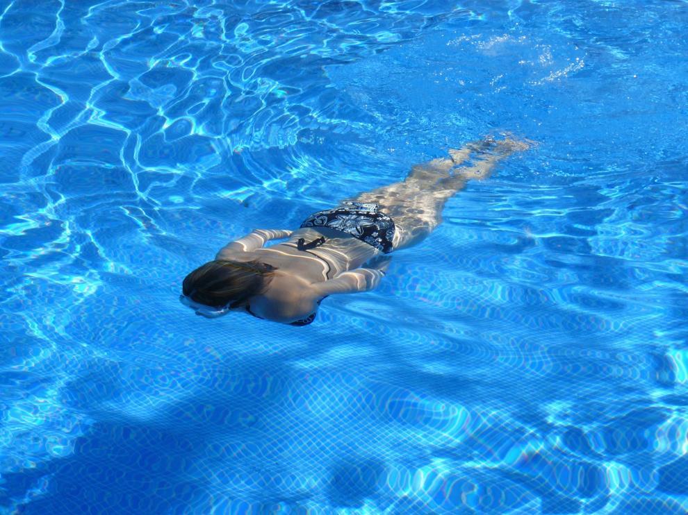 Los oftalmólogos advierten del riesgo del agua de las piscinas para los ojos.